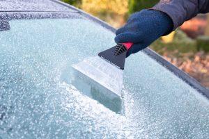 Le grattoir est un élément indispensable pour une voiture bien équipée pour affronter les intempéries de l'hiver